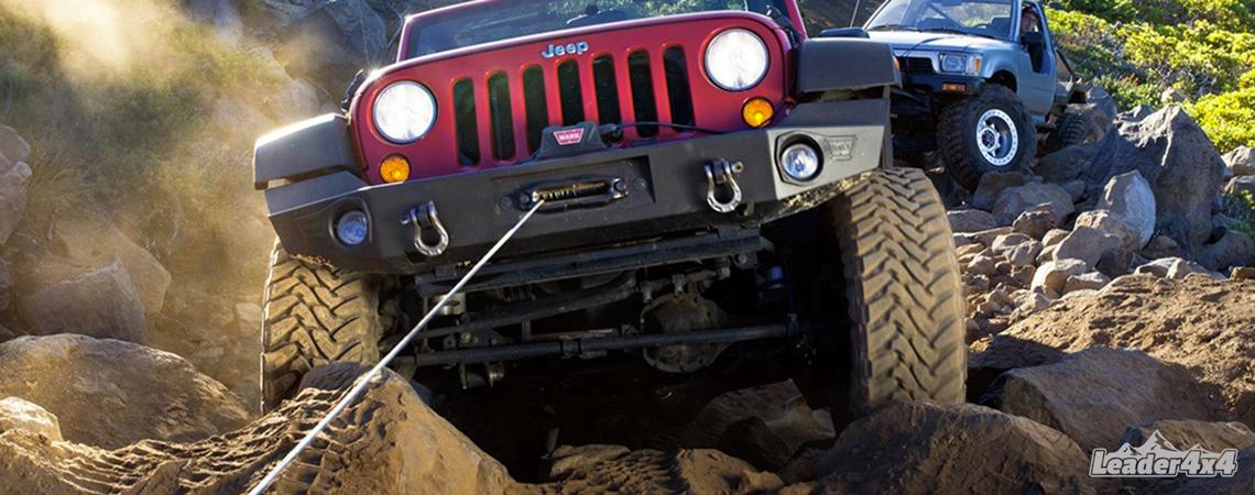 Treuil d'une Jeep Wrangler en action - montage avec un cable en acier